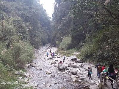 Dove andare e cosa vedere in Cina: Monte Emei, sentiero presso il Tempio Qingyin