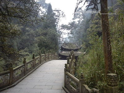Emeishan, sentiero presso il Tempio Qingyin